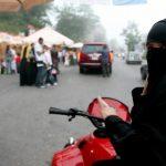 الشابات السعوديات يتحدين النظام بقيادة الدراجات النارية بشكل جماعي