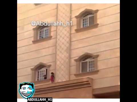 بالفيديو: طفل يقف على نافذة عمارة بالدور الثاني