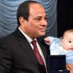 من هو الرضيع الذي حمله السيسي باحتفال الشرطة؟