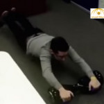"""بالفيديو:شاهد انفجار مروع لـ""""سكوتر ذكي"""" في شاب يقوده على بطنه"""