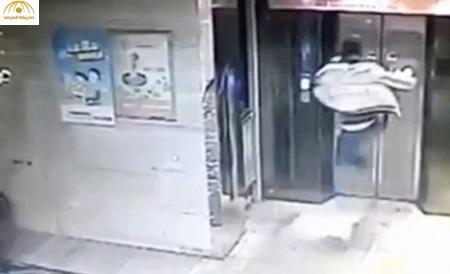 بالفيديو: سقط أسفل المصعد بعد أن حطم بابه بركلة واحدة