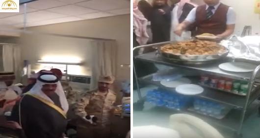 بالفيديو:الأمير متعب ممازحاً جندي مصاب بالحد الجنوبي.. تحبون الفقع؟