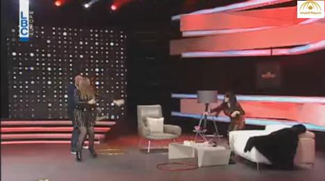 """بالفيديو: """"خناقة"""" بين أمل حجازي ونضال الأحمدية بالتفاح على الهواء"""