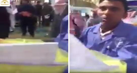 بالفيديو: عامل نظافة يلقي ملفات متقدمين لمعارض التوظيف في القمامة