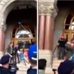 """بالفيديو: أمريكي يقطع رأس """"ترامب"""" الدمية"""