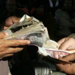 الجنيه المصري يهبط بالسوق السوداء ويستقر رسميا