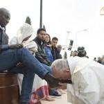 """بالفيديو: البابا فرانسيس يقبل ويغسل أقدام مسلمين ويقول نحن """"إخوة"""""""