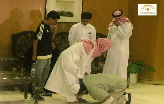 بالصور:لحظات مؤثرة خلال لقاء أحد اليمنيين العائدين من غوانتانامو بعائلته في المملكة