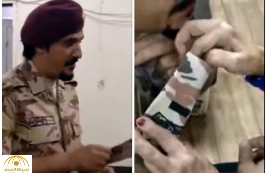 بالفيديو:عسكري يدخل الفرحة على قلب أمه ويدعوها لتقليده رتبته الجديدة