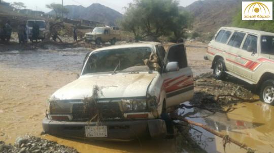 بالصور:مواطنون ينتشلون جثث 4 طالبات وسائقهن بعد أن جرف السيل سيارتهم بوادي رثمة