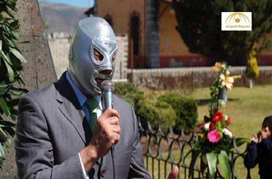 مصارع مكسيكي يمثل أمام المحكمة دون نزع قناعه