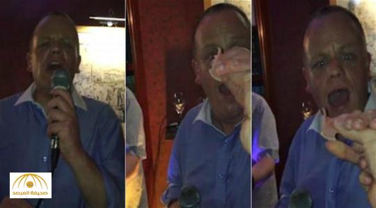 بالفيديو: مغني يفقد طقم أسنانه خلال غناءه بحفل زفاف