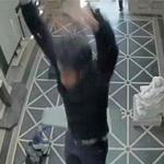بالفيديو: لحظة سقوط مهندس من سقف زجاجي في متحف