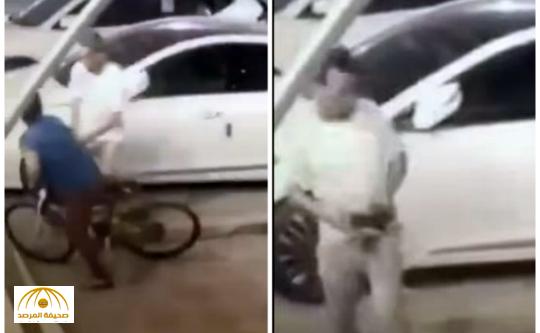 بالفيديو: لحظة تعرض طفل للسرقة من قبل مجهول بسيهات