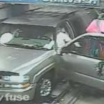 بالفيديو : ماذا يحدث عند فتح باب السيارة أثناء تنظيفها في مغسل آلي