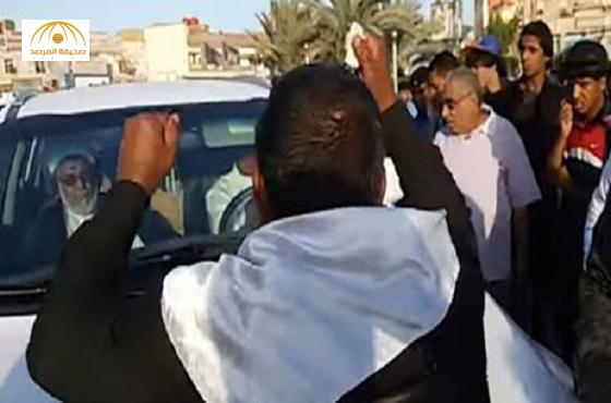 شاهد:عراقي يهاجم نائبا شيعيا أمام المارة.. ما قصته؟