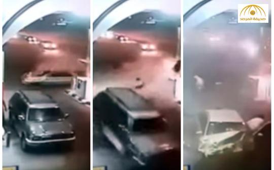 بالفيديو: كاميرا مراقبة ترصد لحظة اصطدام سيارة بمحطة وقود وهروب السائق ومرافقه