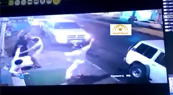 بالفيديو:مواطن يتعرض للضرب بالعصي أثناء خروجه من أحد المحال التجارية بحائل