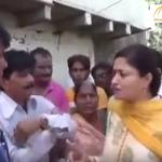بالفيديو: مسؤولة هندية تسقط في حفرة للصرف الصحي
