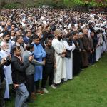 شاهد : مئات المشيعين لجنازة ثلاثة شبان مسلمين  توفوا  في حادث اصطدام سيارة  بمانشيستر