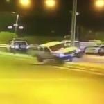 """شاهد: لحظة اصطدام سيارة بنخلة وإيقاعها بـ """"سكاكا"""""""