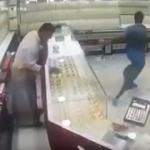 بالفيديو: لحظة سرقة شاب لقطعة مجوهرات وهروبه من متجر في جازان