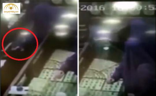 بالفيديو: سيدتان تغافلان بائع وتسرقان علبة مجوهرات بالهفوف