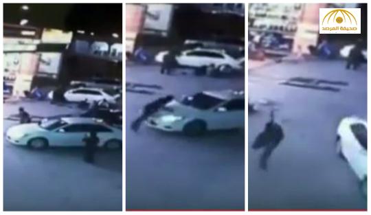 بالفيديو:لص يسرق سيارة أمام صاحبها الواقف بجانبها.. والأخير يقفز عليها لإيقافه