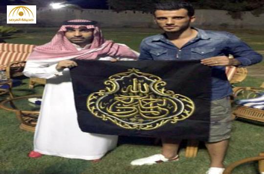"""بالصور:مشجع أهلاوي يهدي """"السومة"""" مهرًا عربيًا وقطعة من كسوة الكعبة"""