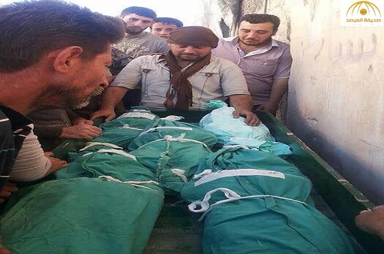 صورة مؤثرة لسوري يلقي نظرة الوداع على زوجته وأبنائه الأربعة الذين قضوا في قصف جوي