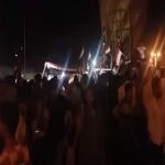بالفيديو:متظاهرون في كربلاء يهتفون ضد التدخل الإيراني وقاسم سليماني ويغلقون مكتب مجلس النواب