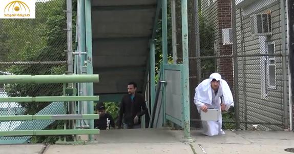 بالفيديو: شاهد ردة فعل المارة على شاب رمى حقيبة أمامهم وهتف  الله أكبر