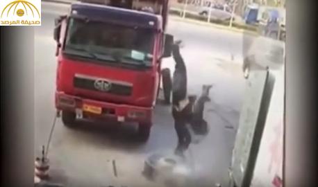 بالفيديو والصور: شاهد انفجار إطار شاحنة يقذف عامل الصيانة في الهواء