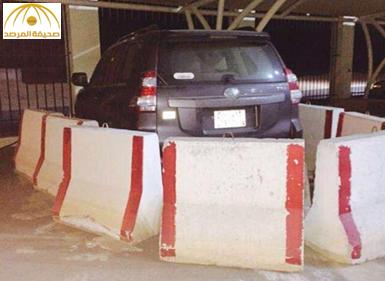 احتجاز سيارة للبلدية بصبات خرسانية في بيشة بسبب رفض موظف تسليمها ــ صورة