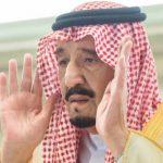 بالصور: خادم الحرمين يؤدي صلاة الميت على الأمير منصور بن فيصل