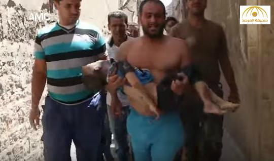 شاهد: سوري فقد طفله بقصف الطيران الروسي يطوف به ويصرخ من الألم في شوارع حلب