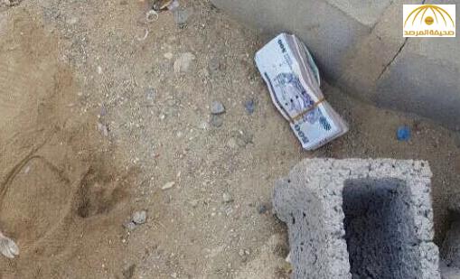بالصور: مواطن يجد رزمة فلوس من فئة 500 ريال بعد عملية سرقة صراف آلي في خيبر