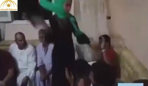 بالفيديو: شاهد..عقوبة ثلاثة شبان بعدما حاولوا تشويه سمعة فتاة مصرية بالفيسبوك !