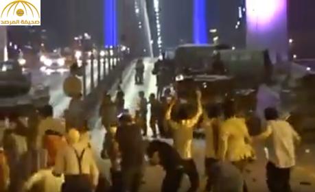 شاهد: اللحظات الأولى لتصدي الشعب التركي لدبابات الانقلابيين