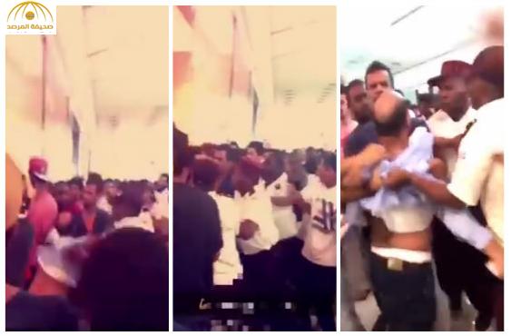 """بالفيديو:مشاجرة بين متسوقين وموظف بـ""""السلام مول""""بجدة"""