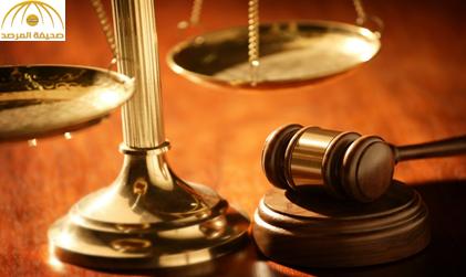 """الحكم بالسجن شهراً و 130 """"جلدة"""" لمحامٍ تلفظ على خصمه  بعبارات عنصرية"""