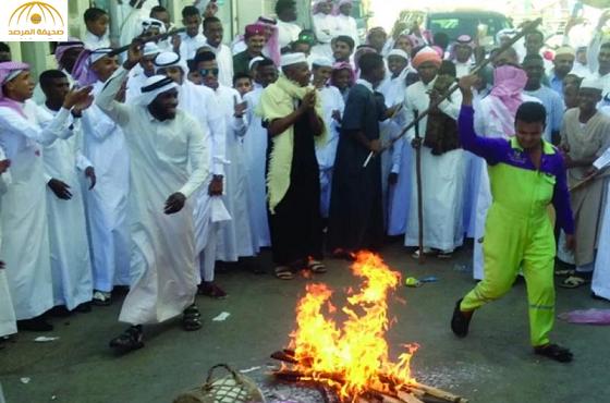 عامل نظافة يشعل حماسة الشباب بمكة  بعدما شارك بالرقص في لعبة المزمار!-صورة