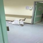 مريض ينام في أحد ممرات مستشفى المجمعة والسبب!-صورة
