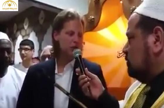 """بالفيديو: """"أشعر بالسلام عندما أكون في المسجد"""".. صحفي ألماني شهير يعلن إسلامه"""