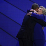 بالفيديو: أوباما يعانق هيلاري كلينتون بحضور زوجها