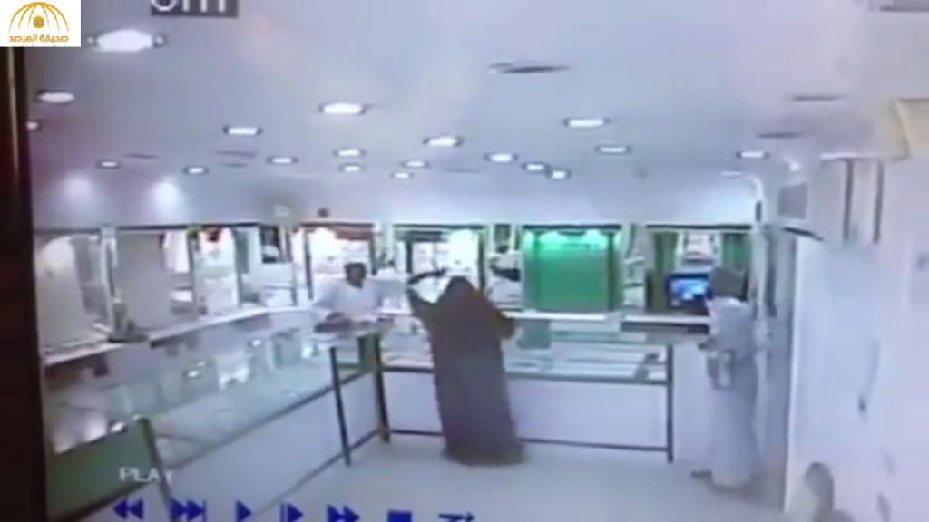 شاهد: سطو مسلح لامرأة على محل ذهب بالمدينة المنورة – فيديو