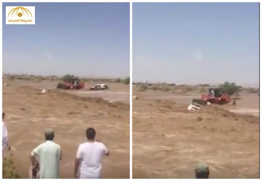 بالفيديو : مواطن حاول انقاذ آخر فجرفهما السيل معاً