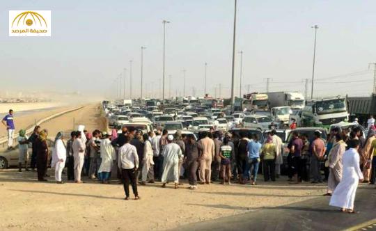 """عمال شركة """" ابن لادن """" يتسببون بإغلاق خط سريع بجدة والسبب رواتب متأخرة  – صور"""