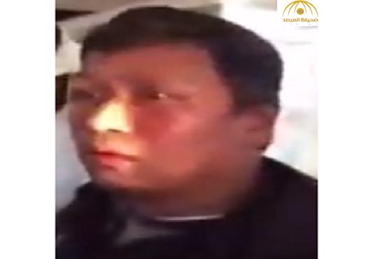 بالفيديو:مواطن يعتدي بالضرب على عامل والسبب!
