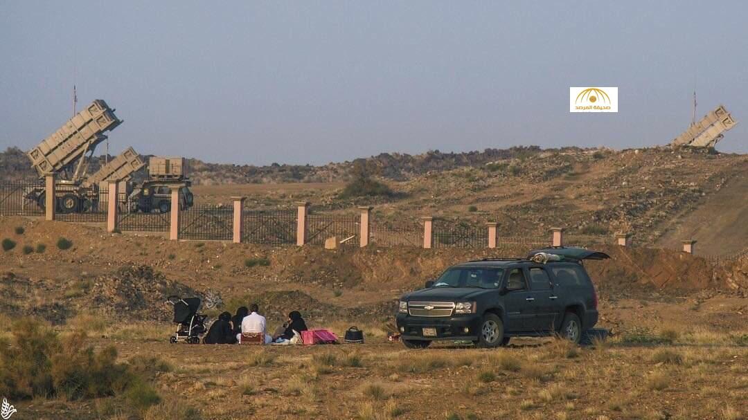 أسرة سعودية تتنزه قرب خط النار على الحدود اليمنية!